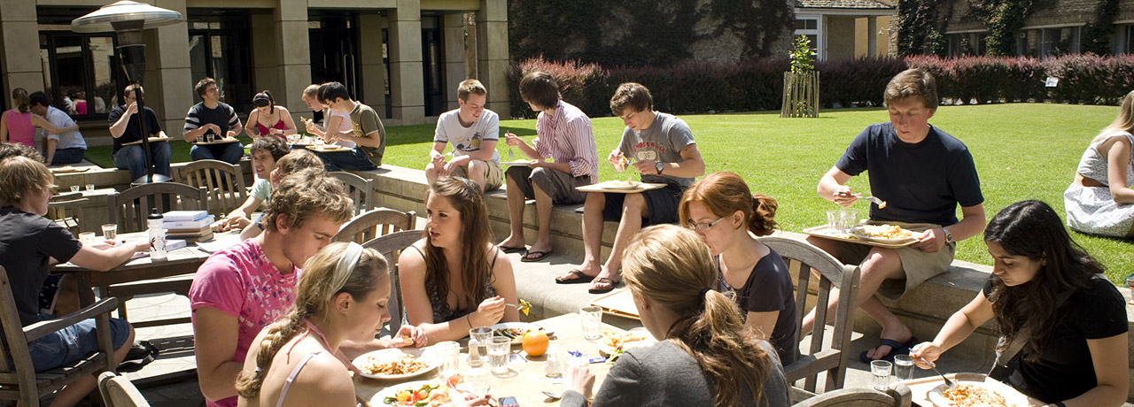 Students eat lunch on campus